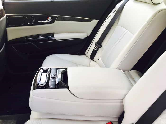 Kia K900 Backseat Center