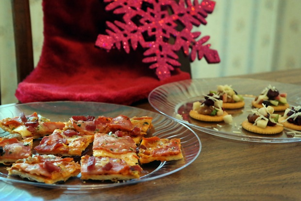 Delicious Holiday Appetizers – Grilled Pizza Bites & Holiday Crackers